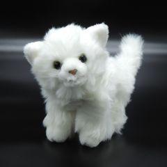 Flauschiges Kätzchen aus Plüsch weiß stehend